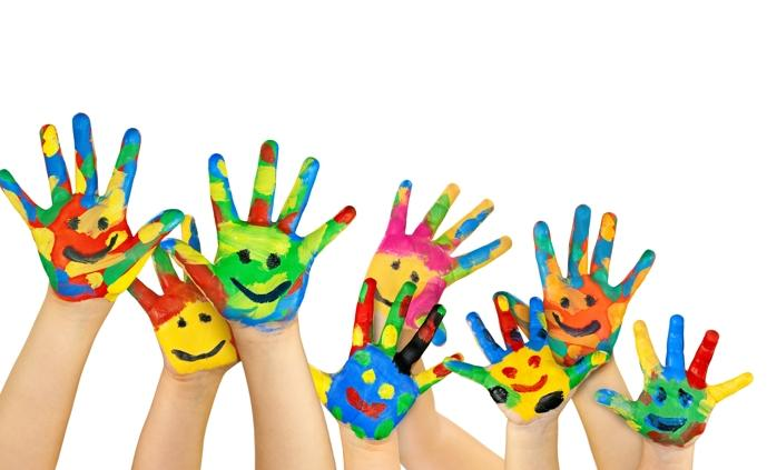 Bunte Kinderhände. Foto: BeTa-Artworks/Fotolia